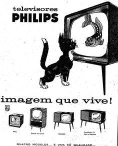 Gato vê o peixe na TV Philips. Quatro modelos de televisores de tubo com design típico dos anos 50 e 60.    O anúncio é de 2 de agosto de 1960.  http://blogs.estadao.com.br/reclames-do-estadao/2010/08/05/peixe-na-tv/