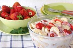 Obstsalat mit Banane, Erdbeeren und Quark