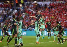 Gareth Bale trug deutlich mehr zum Spiel bei als Ronaldo, sein Teamkollege bei Real Madrid. Über Bale liefen die meisten Angriffe, Mitte der ersten Hälfte bereitete er die beste Chance seiner Mannschaft über die rechte Seite vor.