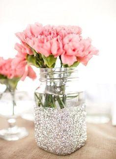 O pote de vidro não é ideal para plantar flores ou verduras porque não permite a drenagem da água. Já para aquele arranjo temporário cheio de bossa ele é perfeito. Pra decorar, pinte com tinta ou passe cola até a metade e polvilhe purpurina por cima. Vaso de flor de vidro DIY!
