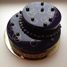 nappage chocolat brillant sur un dessert extravagant