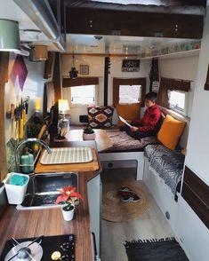 Cuando eliges vivir en todas partes y haces de cualquier lugar tú hogar? Bus Living, Tiny Living, Van Dwelling, Kombi Home, Caravan Renovation, Van Home, Bus House, Camper Van Conversion Diy, Campervan Interior