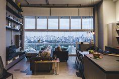 Loft de 80 m² brilha com sobriedade Home Design Decor, Interior Design Living Room, Interior Decorating, House Design, Living Room Home Theater, Living Room Bedroom, Lofts, Apartment Design, Apartment Living