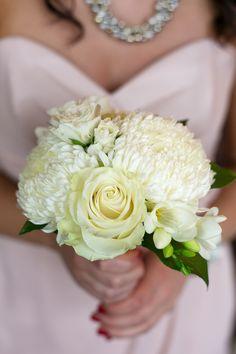 bouquet demoiselle d'honneur,  rose blanche, freesia, mum commercial, photographe : Elizabeth Delage