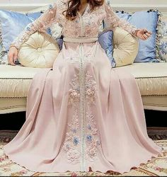 Translated version of test. Morrocan Dress, Moroccan Caftan, Caftan Gallery, Arabic Dress, Modest Fashion, Fashion Outfits, Arab Fashion, Caftan Dress, Oriental Fashion