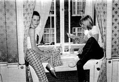 Angie Bowie and Iggy Pop Dorchester Hotel London Angela Bowie, David Bowie, Iggy Pop, Iggy And The Stooges, Mott The Hoople, Mick Ronson, Marc Bolan, Post Punk, Vintage Photographs