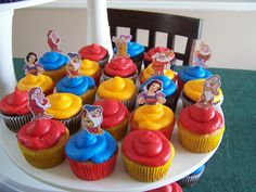 cupcakes to go with the cake, but without the paper things