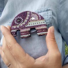 1⃣0⃣ способов носить брошь: 1. Её можно приколоть на лацкан пиджака, жакета или пальто.  2. Вдоль выреза на платье, блузе или кофточке, так же можно сместить немного правее или левее и носить у плеча.  3. Брошь способна заменить застёжку кардигана или пиджака.  4. Женственно и красиво смотрится рубашка, в угол воротника которой приколота брошь.  5. С помощью броши можно акцентировать тонкую талию, приколов брошь на пояс пальто, платья или плаща.  6. Брошью можно за...