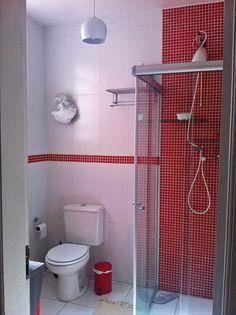 Banheiro com pastilhas vermelhas.