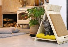 For your little feline, make a wooden teepee adapted to his needs with his integrated scraper, all for less than 30 euros! Niche Chat, Wooden Teepee, Diy Tipi, Cat Teepee, Animal Room, Pet Home, Cat Furniture, Cool Cats, Floor Chair