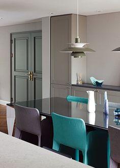 모던한 아파트를 파리의 사랑스러운 빌라처럼 꾸미고 싶을 때 좋은 모던 프렌치 인테리어. 클래식한 디테일과 경쾌한 터키 블루 컬러가 어우러진 로맨틱한 집에서 감각적인 인테리어 팁을 발견했다.