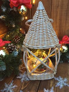 Z Photo, Photo Wall, Newspaper Crafts, December 7, Paper Basket, Basket Weaving, Wicker, Recycling, Christmas Ornaments