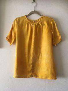 黄色に染めてもらった2種類の絹で作ったプラウス。右身ごろは無地で左身ごろは織り模様が入っています。