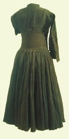 "Irish Archaeology on Twitter: ""The Shinrone gown, a 16th century woollen dress…"