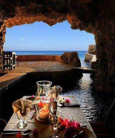 Hotel-Restaurante Grotta Palazzese, Plugia (Italia)
