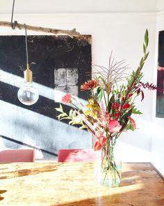 I n s t a g r a m | super leuk! Maar ik betrap mezelf er steeds op dat ik er vaker achter zit dan ik wil. Daarom zeg ik nu bewust in dit bericht dat ik een maand niets ga posten 🙈 (en ook niet meer ga scrollen) dat lijkt me wel eens goed, en misschien kom ik ervan terug, maar dat zie ik dan wel! #instadetox #totovereenmaand #bloomonnl Glass Vase, Table Decorations, Instagram, Home Decor, Good Morning, Decoration Home, Room Decor, Home Interior Design, Dinner Table Decorations