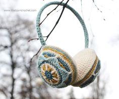 A new and FREE pattern for original Floral Ear Muffs Crochet Fall, Crochet World, Love Crochet, Knit Crochet, Crochet Things, Crochet Scarves, Crochet Clothes, Crochet Crafts, Crochet Projects