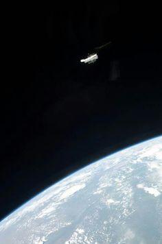 Boa noite Terráqueos! !! - Telescópio Espacial Hubble flutuando sobre a Terra.