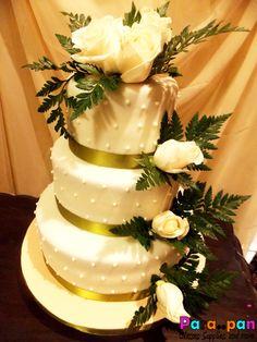 Bello Pastel de Boda, sencillo con finos detalles y rosas blancas!
