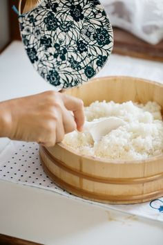 Sushi rice getting ready in a wooden tub and cooling the rice down with a Japanese fan called Uchiwa Making Sushi Rice, Best Sushi Rice, Japanese Side Dish, Japanese Dishes, Japanese Recipes, Japanese Food Sushi, Japanese Street Food, Sushi Recipes, Asian Recipes