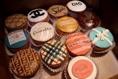 What greater sweets than cupcakes decorated with top fashion brands. Even dessert is fashionable! Love these cupcakes perhaps I can take some to my office once I have completed my education at FIDM. Cupcakes Starbucks, Cupcakes Chanel, Fancy Cupcakes, Birthday Cupcakes, Art Cupcakes, Amazing Cupcakes, Themed Cupcakes, Tiffany Cupcakes, Bridal Cupcakes