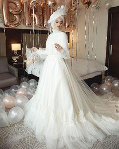 Wedding make-up and wedding bridal gown - Wedding Hairstyles Wedding Hijab Styles, Muslim Wedding Dresses, Muslim Brides, Vintage Dress Patterns, Vintage Dresses, Vintage Lace, Bridal Gowns, Wedding Gowns, Hijab Gown