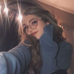 Every Girl Must Have These Vintage Round Metal Circle Glasses Frames Do you know what is the most trendy glasses style In It definitely must be the harry potter round circle glasses! Ft Tumblr, Tumblr Girls, Photography Poses Women, Tumblr Photography, Selfie Posen, Cute Selfie Ideas, People With Glasses, Girls With Glasses, Lunette Style