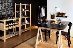A Estante Legno, em dois tamanhos, arrasa organizando louças, utensílios e garrafas de vinho.