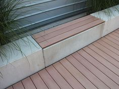 MYDECK Premium WPC Terrassendielen als Belag für eine Bank in Kombination mit einer Basis aus Beton