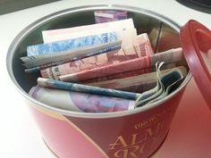 在書房案頭見到一個陌生的糖果鐵盒,拿起來感覺沉甸甸的,好奇地打開一看,原來都是錢! 心裡驟覺好笑,想不到內子也…