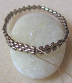 "clever way to start a bezel - don't need to ""measure"" ahead of time... #Seed #Bead #Tutorials"