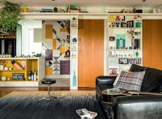 No sofá, almofadas da Conceito Firma Casa (xadrez) e da Dialma Brown. A estante foi desenhada por Marina Salles (Foto: Edu Castello/Editora Globo)