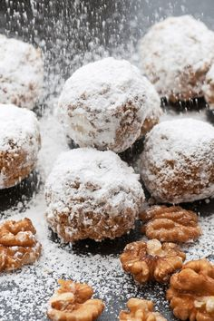 Easy Snowball Cookies Recipe with Walnuts or Pecans and Powdered Sugar.  Only 7 ingredients and ready in 30 minutes. Paleo Chocolate, Chocolate Bark, White Chocolate, Spice Cookies, Sweet Cookies, Pecan Cookies, Paleo Cookies, Sweet Treats, Almond Recipes