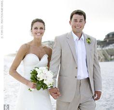 Terno claro sem gravata para casamento na praia.
