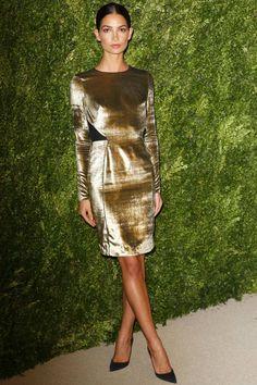 Lily Aldridge con un vestido de cóctel de terciopelo gold.