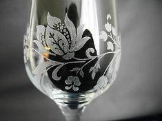 Gravírovaná čaša s objemom 375 ml pre špeciálne príležitosti. Gravírovaný je rastlinný motív okolo celého pohára. Vhodný ako darček k jubileu.... Glass Engraving, Wine Glass, Tableware, Handmade, Dinnerware, Hand Made, Tablewares, Dishes, Place Settings