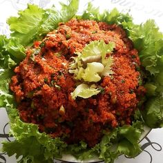En güzel mutfak paylaşımları için kanalımıza abone olunuz. http://www.kadinika.com Biri kısır mı dedi biz kadınların vazgeçilmezi günlerimizin olmazsa olmazı arkadaş buluşmalarında masalarda baş köşede yer alan doyurucu salata.  Her versiyonu  ayrı bir güzel oluyor ama ben en çok bol acılı salçalı yeşillikli ve nar ekşili seviyorum . E bide turşu varsa yeme de yanında yat    Kısır 2 bardak ince bulguru kaynar suyla ıslatıyoruz üzerini örtüp yeşilliklerini doğuyoruz yeşil soğan maydanoz nane…
