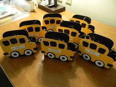 Kards by Kadie-cute buses made with Cricut Cartridge - Doodlecharms (this inspires me to do the same with other shapes too! Cricut Tags, Cricut Cuttlebug, Cricut Cartridges, Teacher Cards, Teacher Gifts, School Buses, Shaped Cards, Candy Wrappers, Cricut Creations