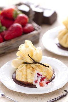 Fagottini di crepes alle fragole: scopri un modo elegante e super goloso per gustare le crepes?   [Crepe purses with strawberries]