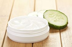 face mask with cucumber slices #AvocadoFaceMaskRecipe Homemade Face Cleanser, Homemade Moisturizer, Face Scrub Homemade, Homemade Blush, Homemade Beauty, Cellulite, Moisturizer For Sensitive Skin, Cucumber Face Mask, Home Remedies For Acne