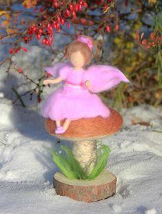 Mit der Nadel gefilzt rosa Fee auf einem Pilz. Wolle, Waldorf inspirierte, Künstlerpuppe, weiche Skulptur Fee ist etwa 6 (15cm) hoch. Pilz ist etwa 4 (10cm) hoch ohne Holzsockel. Die Basis ist aus Fichtenholz gefertigt. Schön für Dekoration, Kinderzimmer. Dieses Set wird speziell