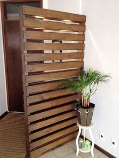 wood pallet room deivider and decor Wood Pallet Furniture, Wood Pallets, Furniture Ideas, Garden Furniture, Pallets Garden, Home Decor Items, Diy Home Decor, Room Decor, Bedroom Divider