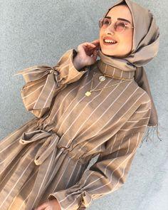 Camel striped dress to your liking İslami Erkek Modası 2020 Modest Fashion Hijab, Street Hijab Fashion, Casual Hijab Outfit, Hijab Chic, Abaya Fashion, Fashion Outfits, Muslim Dress, Hijab Dress, Islamic Fashion