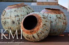 """DEKORACYJNY WAZON """"NAGPUR GREEN"""" Oryginalny, stary indyjski wazon. Wykonany ręcznie z metalu. W takich  pojemnikach przechowywano ryż lub inne sypkie produkty. Waza ma widoczne metalowe nity, niewątpliwą ozdobą są warstwy przecieranej farby.  Pojemnik może być wyjątkową ozdobą tarasu lub ogrodu."""