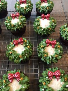 Christmas Cupcakes are festive & decadent Christmas desserts. Here are the best Christmas Cupcakes Recipes & Cupcake decoration ideas for the holidays. Christmas Snacks, Christmas Cooking, Christmas Goodies, Christmas Holidays, Christmas Parties, Christmas Bake Off, Christmas Classics, Christmas Gifts, Christmas Wreaths To Make