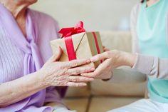 敬老の日のプレゼントを渡す孫