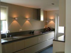 Greeploos Greige keuken met spoel-/ kookzijde met veel lades en hogekasten met…