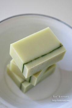 淡いグリーンの石けんです。ベースのグリーンの色は、ホーステールを抽出したオイルそのものの色。ラインはネトルパウダーです。一番下のレイヤーには、グリーンクレイを混ぜ込みました。すっきりシンプルなデザインの石けんに。香りは、ラベンサラとカユプテ