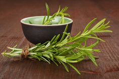 4 Hair Aging Remedies - After a certain age, you start seeing aging hair signs: more hair in your comb, thin hair texture or gray tresses. What would you say about trying out some hair aging remedies? Healthy Life, Healthy Eating, Troubles Digestifs, Home Remedies For Skin, Hair Remedies, Natural Headache Remedies, Natural Medicine, Natural Health, Health And Wellness