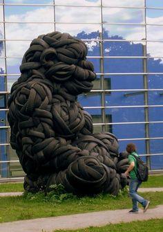 Gorila de 5m foi feito de pneus reciclados. A escultura foi colocada em frente da Universidade de Helsinki, Finlândia. Foto: Debarshi Ray